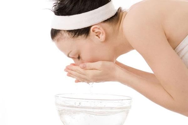 Hạn chế rửa mặt bằng nước nóng