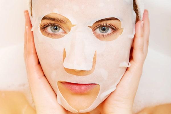 Đắp mặt nạ và massage cho làn da