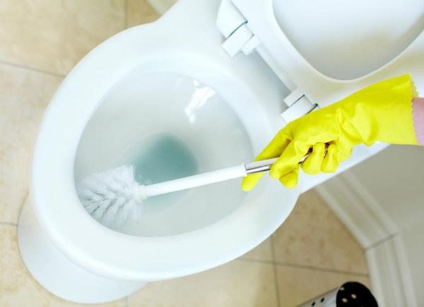 Cách tẩy rửa bồn cầu bị ố vàng, hết vi khuẩn nhanh và đơn giản nhất