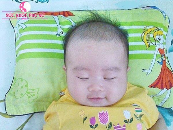 Bé ngủ ngon giấc hơn trên chiếc gối có chứa lá đinh lăng