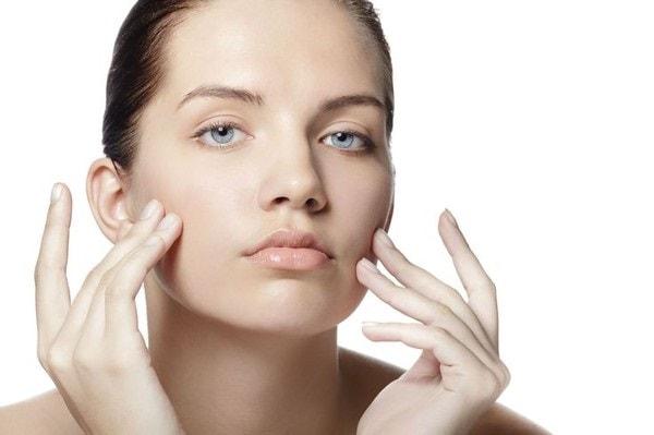 Nên làm sạch da mặt trước khi trang điểm