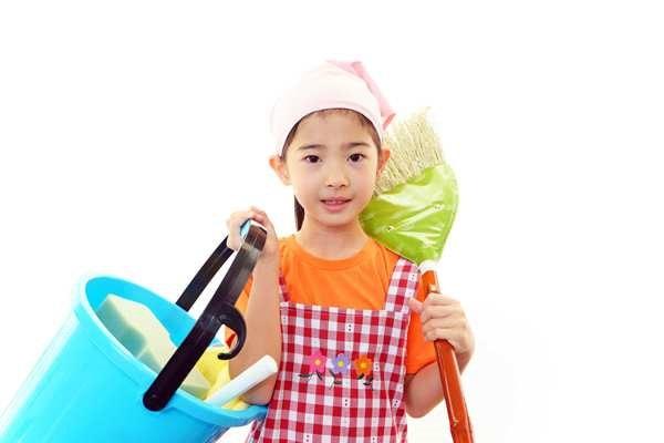 Dọn dẹp nhà cửa cũng là một công việc thích hợp với trẻ