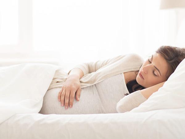 Phụ nữ mang thai nên ngủ đủ giấc