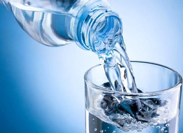 Uống nhiều nước giúp người mẹ giảm tránh tình trạng sinh con non, đau thắt tử cung