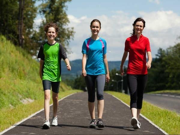 Đi bộ là một cách tập thể dục tốt cho cơ thể phòng bệnh trĩ hiệu quả