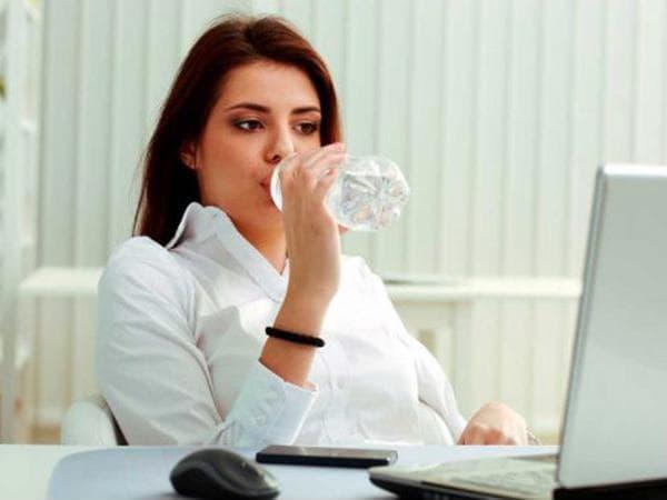 Uống đủ 2-3 lít nước trong ngày sẽ rất tốt cho người bị bệnh trĩ