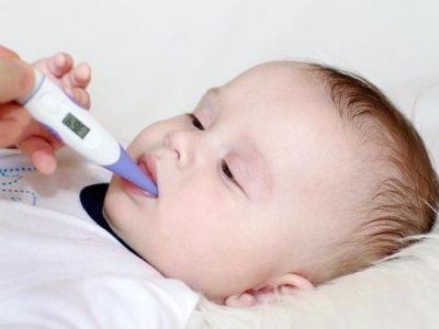 Trẻ bị tiêu chảy và sốt cao cần được đưa đi bệnh viện khám