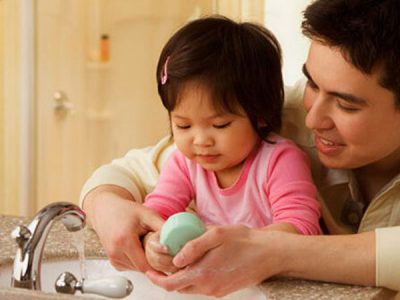 Cha mẹ dạy bé rửa tay xà phòng trước và sau khi ăn