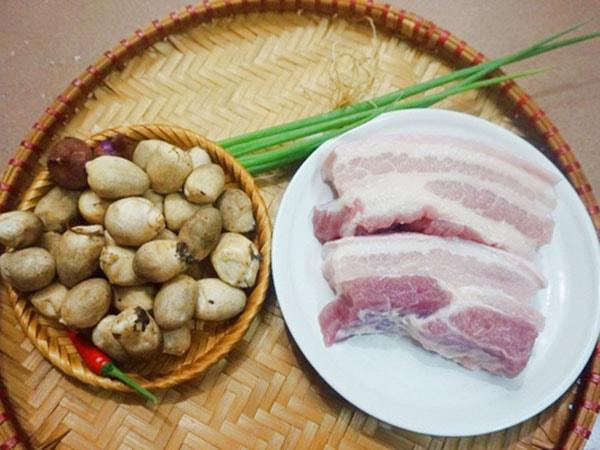 nấm rơm xào thịt lợn