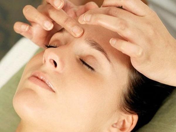 Massage sẽ giúp ích rất nhiều cho người bị đau đầu hai bên thái dương