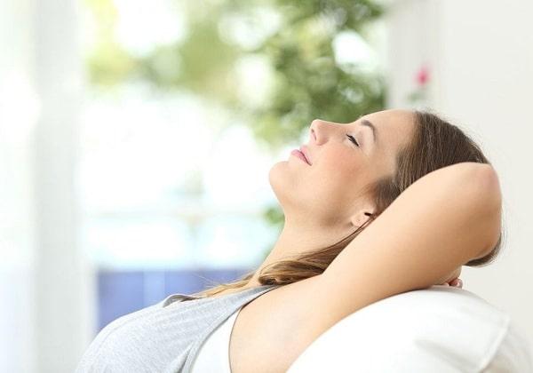 Khi bị đau đầu hai bên thái dương, bạn nên nằm thư giãn