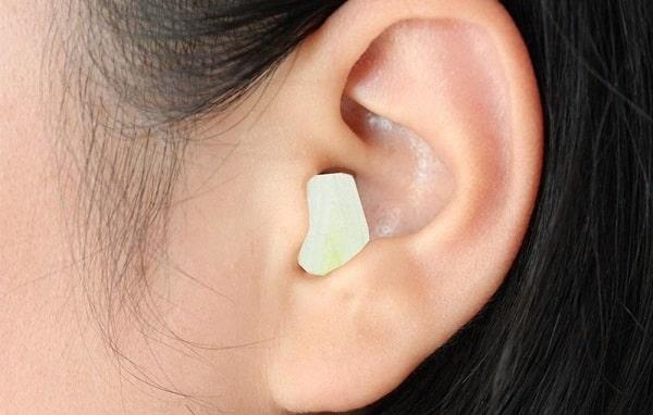 Bóc vỏ và dùng tỏi để nhét vào lỗ tai trị đau đầu