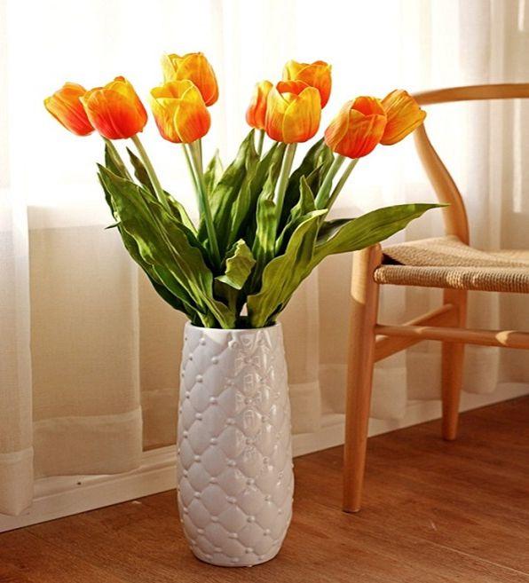 Bình hoa đặt sát cửa sổ thể hiện khát vọng tình yêu
