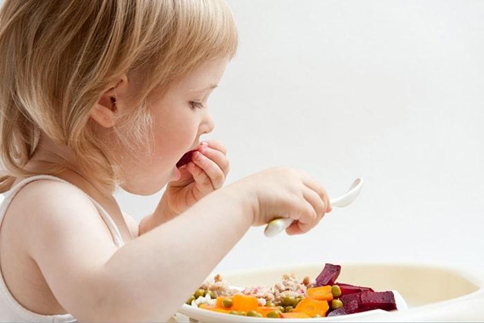 Trẻ 5 tuổi học kỹ năng tự lập trong ăn uống